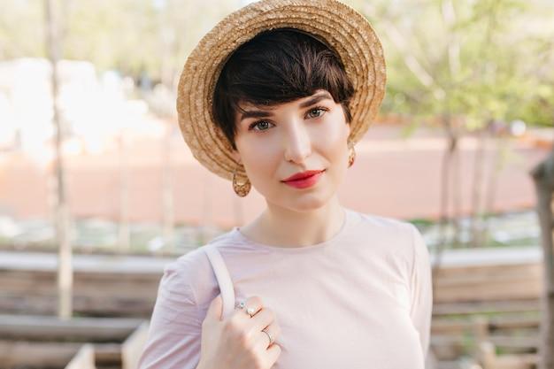 Prachtige jonge vrouw met grote groene ogen met een zachte glimlach