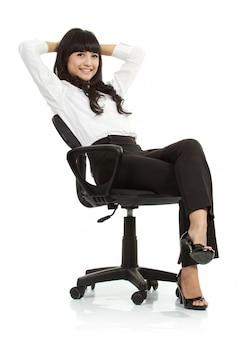 Prachtige jonge vrouw zittend op een stoel