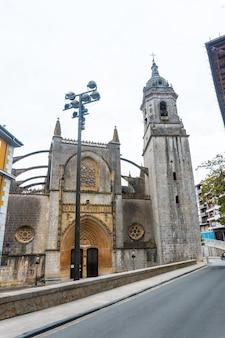 Prachtige kerk aan zee in de gemeente lekeitio, golf van biskaje in cantabrië. baskenland