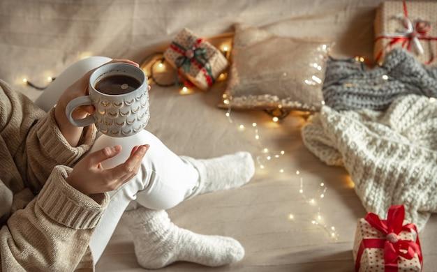 Prachtige kerst cup in vrouwelijke handen