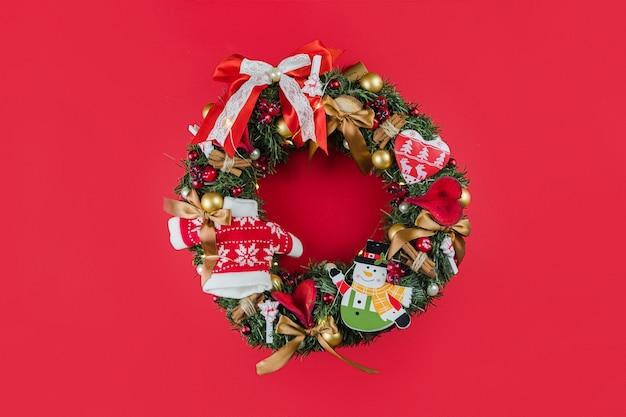 Prachtige kerst handgemaakte rustieke krans op rood