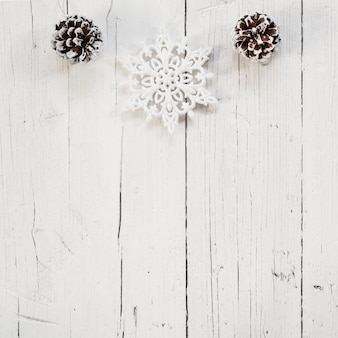 Prachtige kerst ornamenten met witte houten achtergrond en kopieer de ruimte