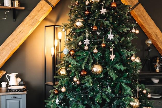 Prachtige kerstboom met warm licht van vloerlamp.
