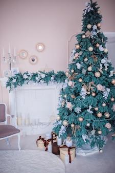 Prachtige kerstboom versierd met speelgoed
