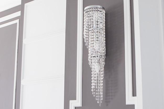 Prachtige klassieke kroonluchter in een grijs-wit interieur