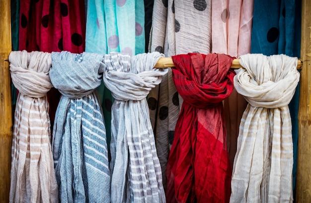 Prachtige kleurrijke sjaals. kleuren van textiel.