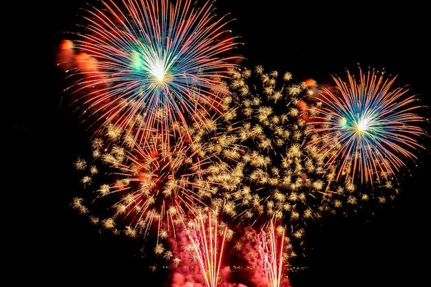 Prachtige kleurrijke vuurwerkvertoning 's nachts voor vieren