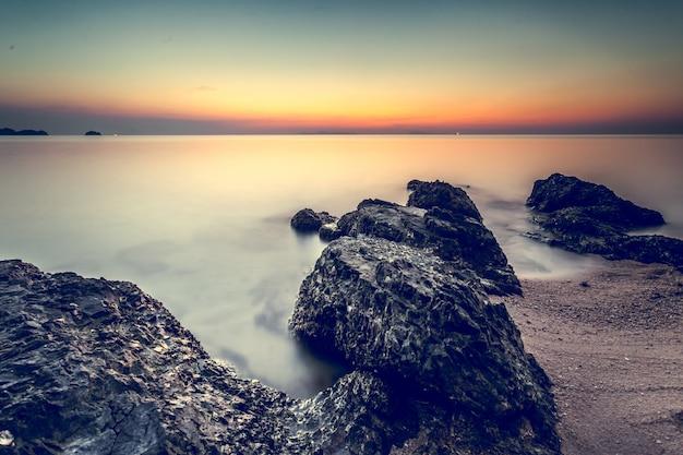 Prachtige kust zonsondergang