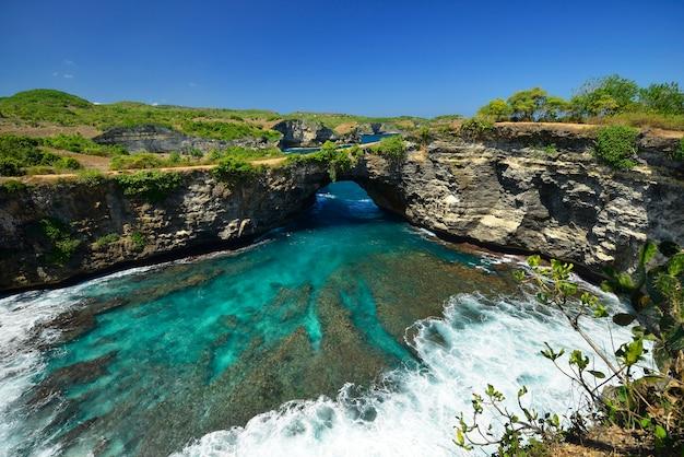 Prachtige kustmening van strand dat in nusa penida, zuidoosten van het eiland van bali, indonesië wordt gevestigd