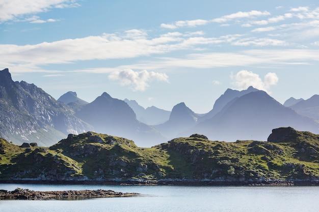Prachtige landschappen op de lofoten-eilanden, noord-noorwegen. zomerseizoen.