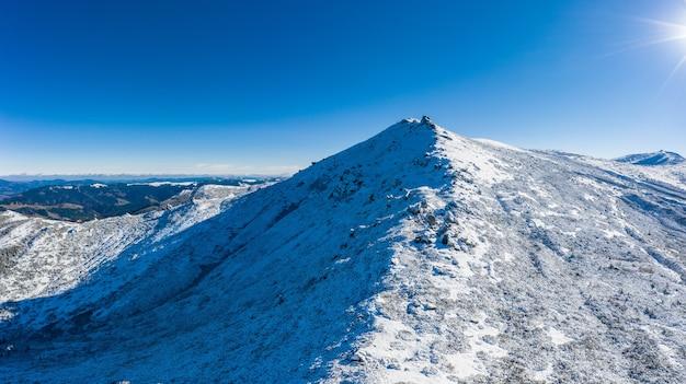 Prachtige landschappen van de karpaten bedekt met sneeuw