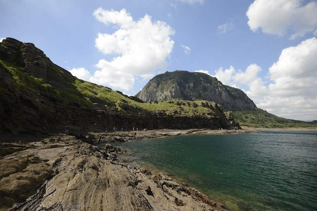 Prachtige landschapsopname van grote rotsformaties nabij de kust op het eiland jeju, zuid-korea