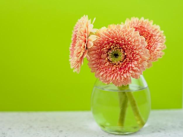 Prachtige lente roze bloemen op blauwe pastel tafel in een vaas. bloemenrand.