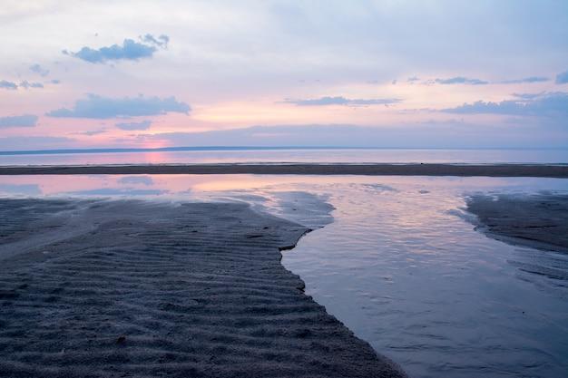 Prachtige lente zonsondergang over een rivier de wolga in de buurt van ulyanovsk. de breedste plaats van de rivier de wolga.