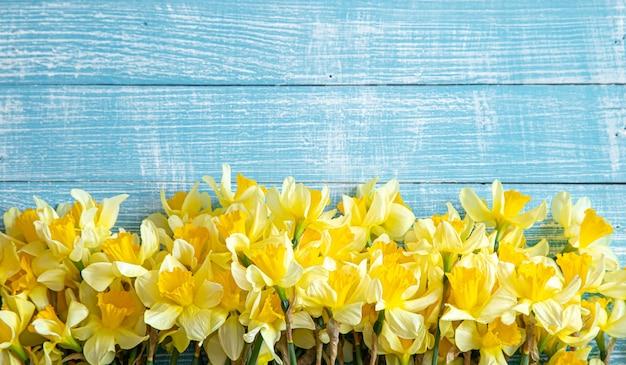 Prachtige lentebloemen en op een blauwe houten tafel. achtergrond