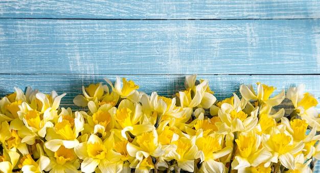 Prachtige lentebloemen en op een blauwe houten tafel. het concept van de lente.