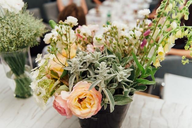 Prachtige lentebloemen in glazen vazen