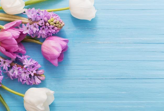 Prachtige lentebloemen op blauwe houten achtergrond
