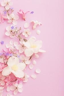 Prachtige lentebloemen op papier achtergrond