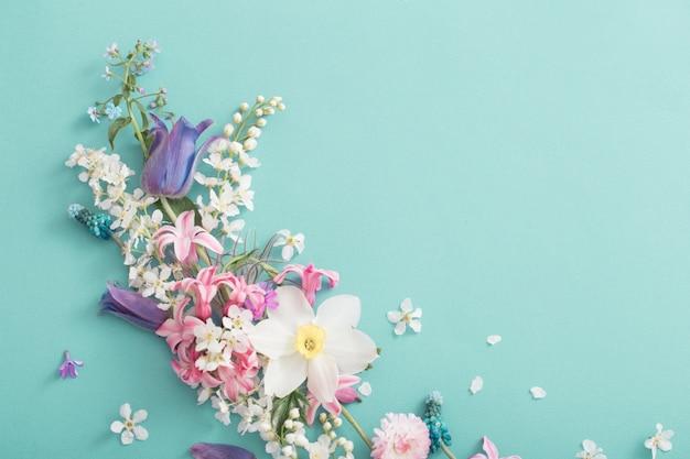 Prachtige lentebloemen op papier