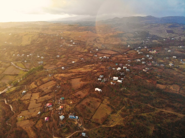Prachtige luchtfoto drone. land georgia van bovenaf. bergklooster en kerk van katskhi, regio chiatura. luchtfoto van de zonsondergang