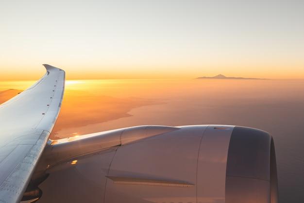 Prachtige luchtfoto's bij zonsondergang van el teide vanuit het raam van het vliegtuig op gran canaria. tenerife, canarische eilanden, spanje. de hoogste berg van spanje.