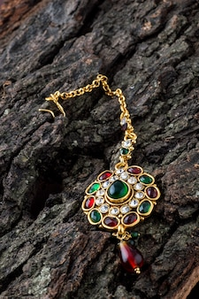 Prachtige luxe tika. indiase traditionele sieraden.