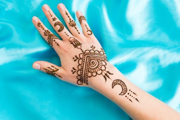 Prachtige mehndi aan de vrouwenhand