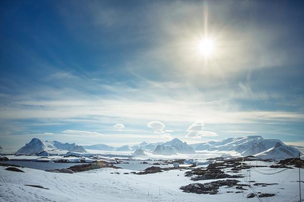 Prachtige met sneeuw bedekte bergen tegen de blauwe lucht op antarctica