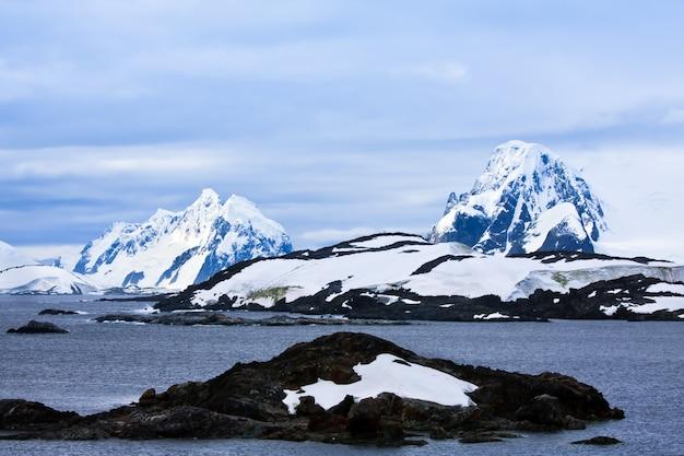 Prachtige met sneeuw bedekte bergen