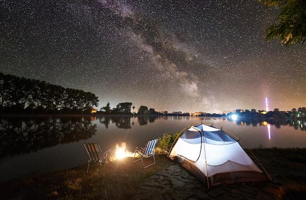 Prachtige nacht kamperen onder de sterrenhemel