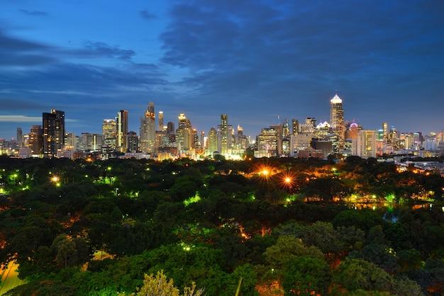 Prachtige nachtperiode stadsgezicht in bangkok, thailand. lumphini park is een park in bangkok,