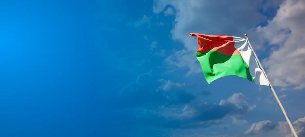 Prachtige nationale vlag van madagaskar met lege ruimte op brede achtergrond