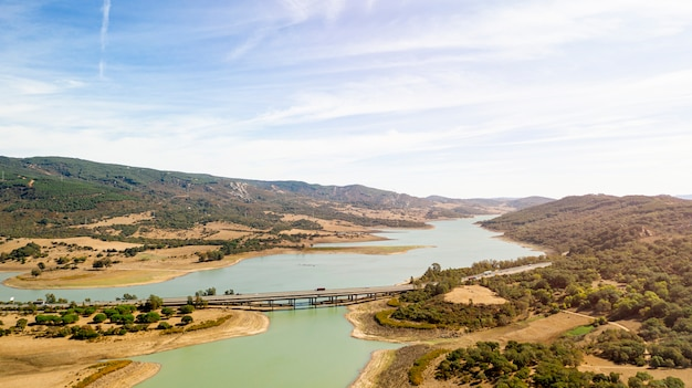 Prachtige natuur landschap met brug genomen door drone