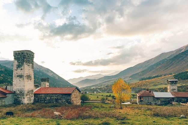 Prachtige natuur schilderachtige van kleine stad in svaneti regio van georgië.
