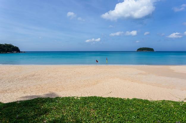 Prachtige natuur van de andamanse zee en het witte zandstrand in de ochtend op patong beach, phuket island, thailand