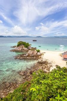 Prachtige natuur van de eilanden in de andaman zee bij koh khai nai, provincie phuket, thailand