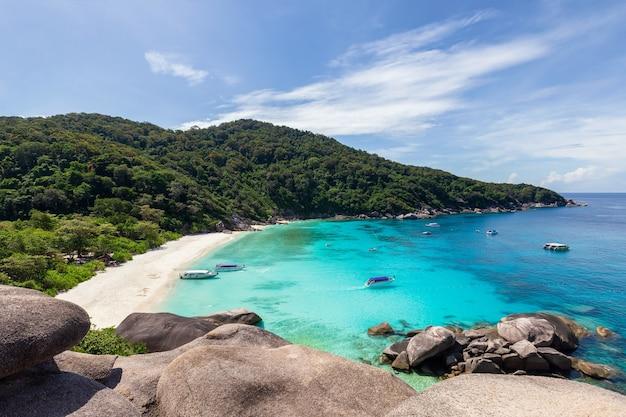 Prachtige natuur van de eilanden in de andamanse zee bij similan-eilanden