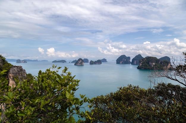 Prachtige natuur van de eilanden in de andamanse zee ko hong, provincie krabi, thailand