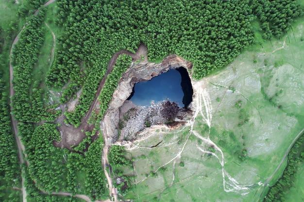 Prachtige natuurlijke achtergrond bergmeer ongewone plaats de tuim sinkhole de aardverschuiving en je mi...