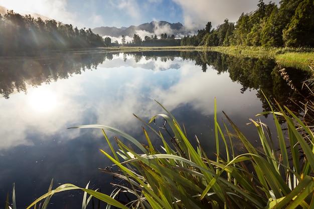 Prachtige natuurlijke landschappen - mt cook reflectie in lake matheson, south island, nieuw-zeeland