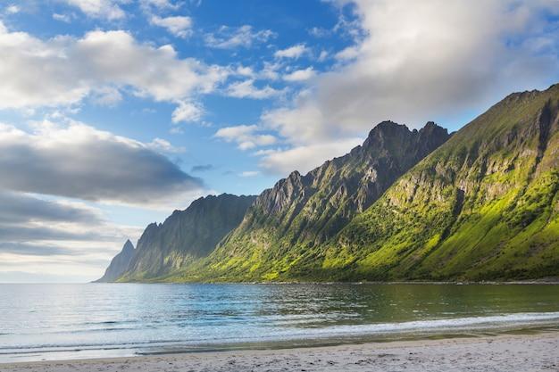 Prachtige natuurlijke landschappen op het eiland senja, noorwegen. zomerseizoen