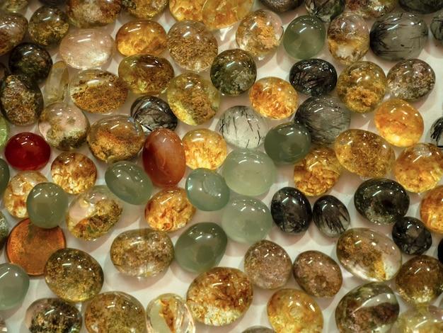Prachtige natuursteen. heldere stapel kristallen steen.