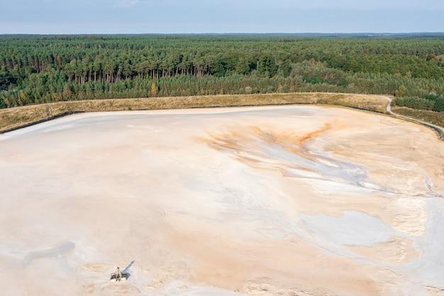 Prachtige oranje patronen op een zandgroeve van grote hoogte, luchtfotografie