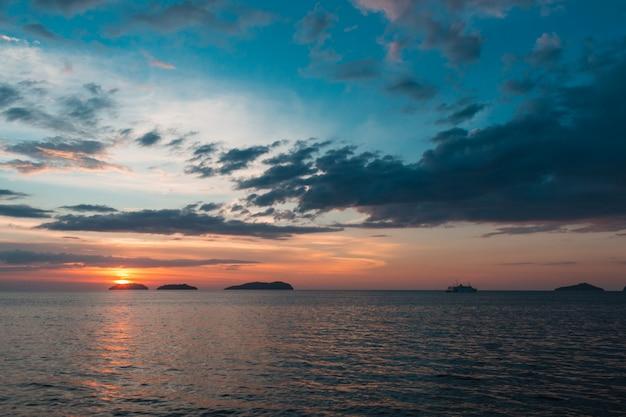Prachtige paarse zonsondergang op de zee met kleine eilanden