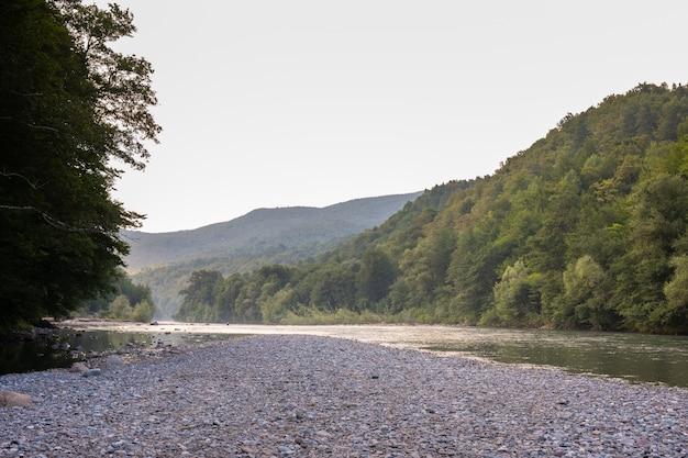 Prachtige rivier stroomt tussen de rotsen