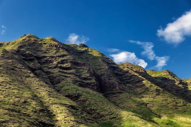 Prachtige rotsachtige bergen van oahu en blauwe hemel