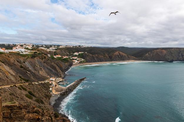 Prachtige rotsachtige kustlijn en blauwe zee in portugal
