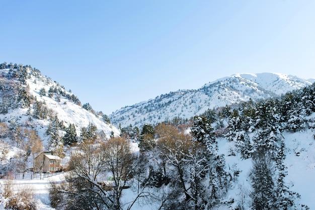 Prachtige rotsbergen bedekt met sneeuw in de winter bij zonnig weer in oezbekistan