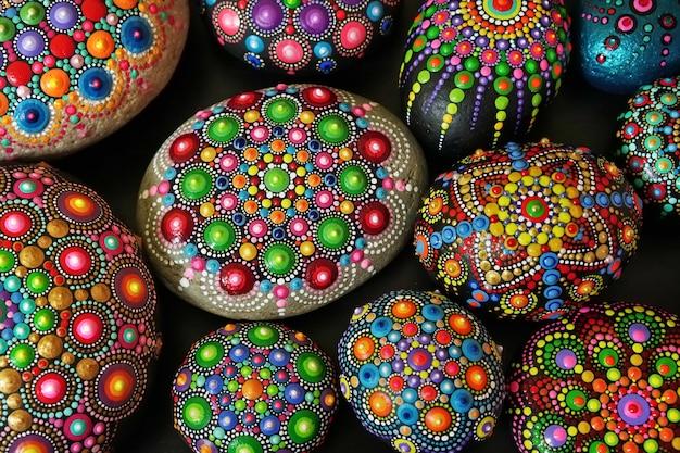 Prachtige rotsmandala's beschilderd met een kwast